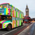 "Londonom kruži bus ""obučen"" u šareno pletivo"