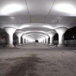 Blistava igra svjetlom na napuštenoj željezničkoj stanici
