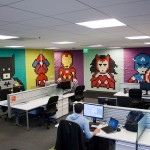 Superheroji od stikera na zidu kancelarije