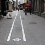 Staza za pješake koji kucaju poruke