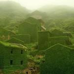 Napušteno ribarsko selo obavijeno zelenilom
