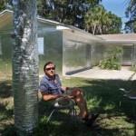 Prekrio kuću i drveće aluminijumskom folijom