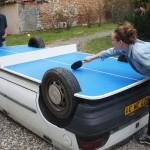 Automobil pretvorio u sto za stoni tenis