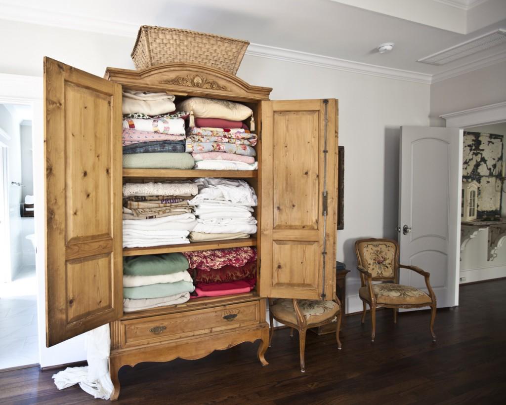 antique-linen-cubboard
