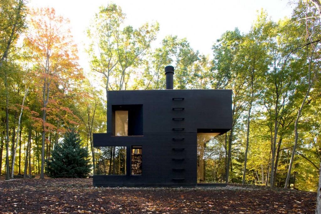 : Moderan dizajn kuće čine prave linije i veliki otvori, a crna boja ga dodatno naglašava