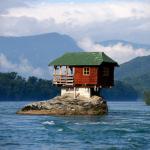 Kuće na neobičnim mjestima, među njima i jedna iz Srbije