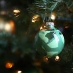 Sami izrađujemo novogodišnje ukrase: Ukrasite kuglice za jelku voštanim bojama