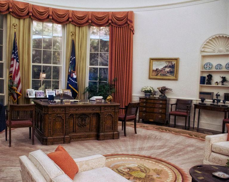 ovalna kancelarija sto
