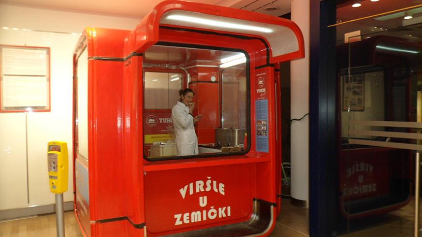 crveni kiosk hot dog