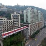Voz u Kini prolazi kroz stambenu zgradu