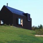 Crna planinska kuća na padinama Gorskog Kotara