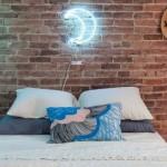 Neonske lampe na zidu su neodoljive