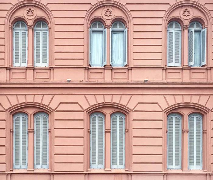 zgrada roza fasada