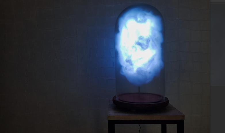 lampa koja svijetli na trumpove tweetove