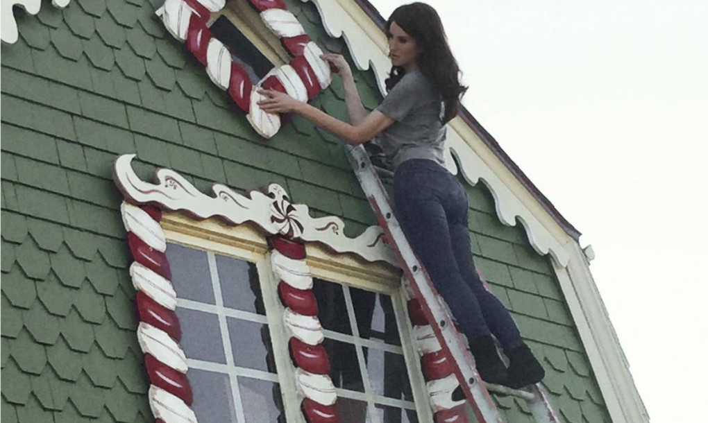 Gingerbread-House-Christine-McConnell-Hanging-Candy-1020x610