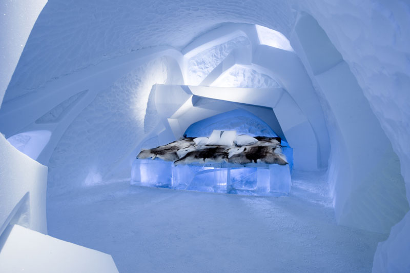 ice-hotel-art-suites-ice-carving-sculpture-191217-1221-03