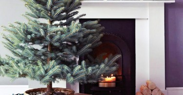 no-fuss-minimalist-Christmas-tree-mantel