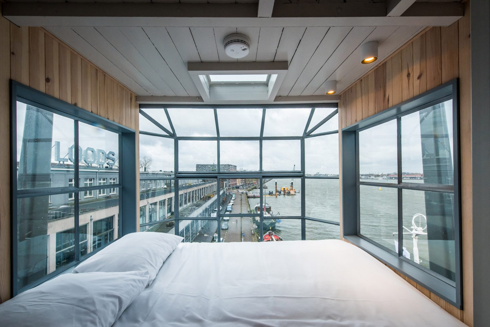 yays-crane-apartment-edward-van-vliet-architecture-interiors-netherlands_dezeen_2364_col_1-1704x1137