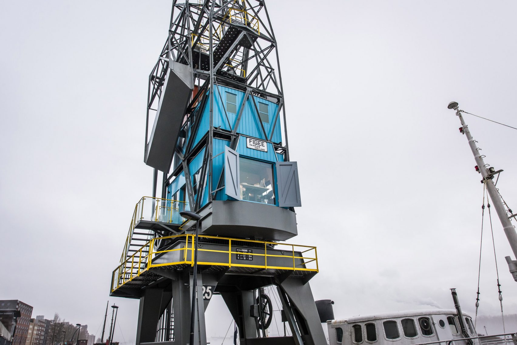 yays-crane-apartment-edward-van-vliet-architecture-interiors-netherlands_dezeen_2364_col_8-1704x1137
