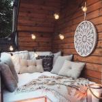 Jedan lijepo uređen mali balkon za ljetna uživanja