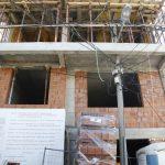 Zanimljivo građevinarstvo: Banderu uzidali u terasu zgrade u Beogradu