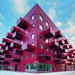 Moćna arhitektura u crvenoj boji