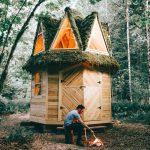 Samouki graditelj izrađuje najljepše drvene kolibe koje možete zamisliti
