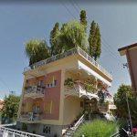 Pekar iz Srbije na krovu kuće ima šumu i bazen
